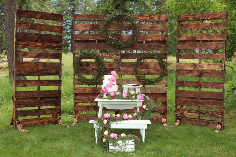 Wood Pallet Walls & Flowers by Boise Events